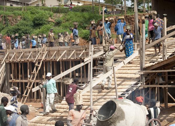 06_rwanda_school_construction_concrete_pouring_2009-11-20_401